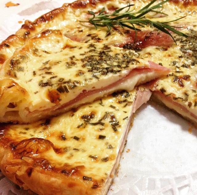Torta salata con prosciutto cotto e scamorza