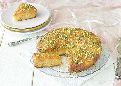 Torta morbida al caramello e albicocche