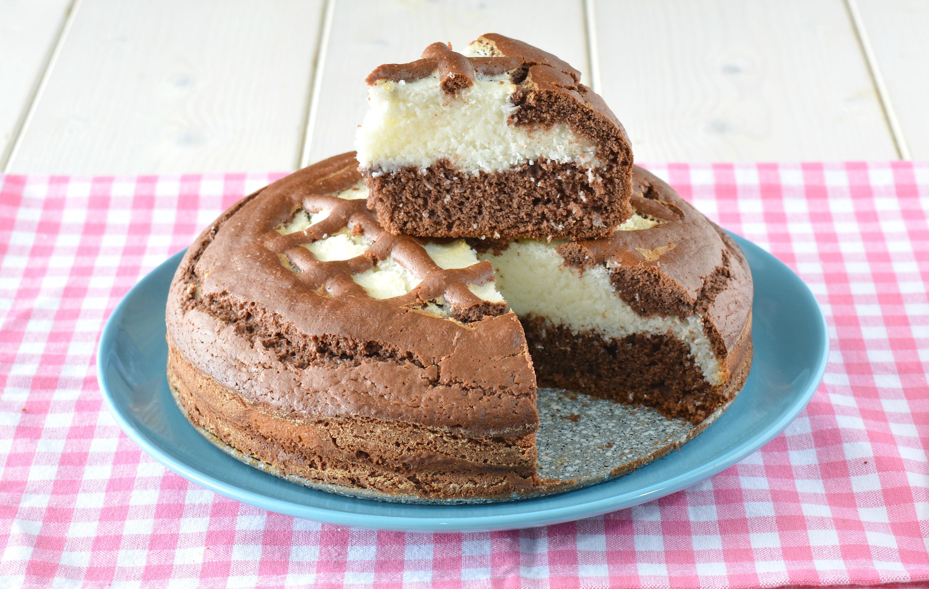 Torta morbida al cacao con crema al cocco