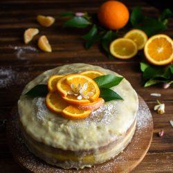 Torta con crema all'arancia e cioccolato bianco