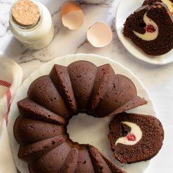 Bundt cake al cacao con ricotta e lamponi